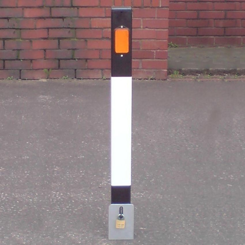 Intermediate heavyweight removable bollard